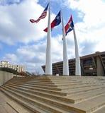 Dallas du centre avec la plaza et les mâts de drapeau d'hôtel de ville Photos stock