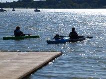 Dallas, Etats-Unis 29 octobre 2016 Une famille des kayakers apprécient un jour chaud d'automne sur le lac blanc rock photo stock