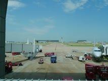 Dallas Fort Worth Airport, American Airlines e vários caminhões da janela de visão Fotos de Stock Royalty Free