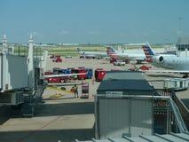 Dallas Fort Worth Airport, arbeiders die vliegtuigen laden royalty-vrije stock foto