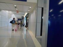 Dallas Fort Worth Airport, clientes próximo compra dentro do terminal Fotografia de Stock Royalty Free