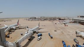 Dallas Fort Worth Airport flygfält - DALLAS, USA - JUNI 20, 2019 stock video