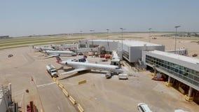 Dallas Fort Worth Airport flygfält - DALLAS, USA - JUNI 20, 2019 lager videofilmer