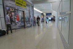 Dallas Fort Worth Airport, klanten dichtbij winkels binnen terminal royalty-vrije stock fotografie