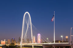 Dallas förlägga i barack i stadens centrum horisont med Margaret kullebron på natten Royaltyfri Bild