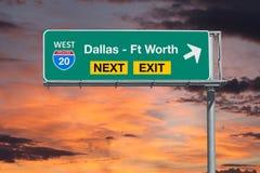 Dallas - Ft wert Autobahn-folgendes Ausgangs-Zeichen des Weg-20 mit Sonnenuntergang SK Stockbilder