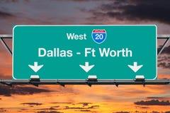 Dallas Ft Worth Interstate 20 västra huvudvägtecken med soluppgånghimmel fotografering för bildbyråer