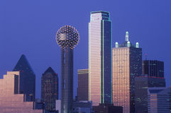 Dallas, horizon de TX la nuit avec la tour de la Réunion photos stock