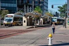 Dallas, le Texas - 7 mai 2018 : Le train de rail de lumière de DARD de Dallas conduit par Dallas, le Texas photos stock