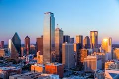 Dallas, paysage urbain du Texas avec le ciel bleu au coucher du soleil photographie stock