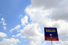 Dallas Sign do centro, sala para o texto Fotos de Stock Royalty Free