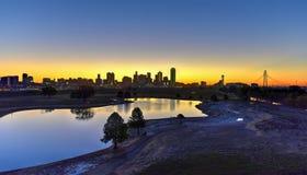 Dallas-Skyline bei Sonnenaufgang lizenzfreie stockbilder