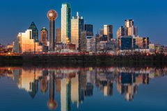 Dallas-Skyline bei Sonnenuntergang stockfotos