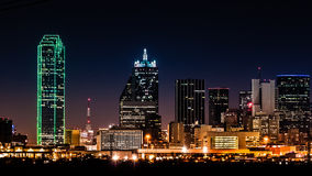 Dallas-Skyline bis zum Nacht Stockfotos
