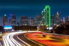 Dallas-Skyline bis zum Nacht Stockbilder