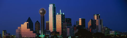 Dallas, skyline de TX no crepúsculo fotografia de stock