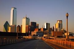 Dallas Skyline du pont en rue de commerce photographie stock
