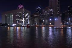 Dallas Skyline: Nightly Lichte bezinningen in water royalty-vrije stock fotografie