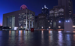 Dallas Skyline: Nightly ljusa reflexioner i vatten Royaltyfria Bilder