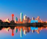 Dallas Skyline Reflection all'alba, Dallas del centro, il Texas, U.S.A. fotografie stock libere da diritti