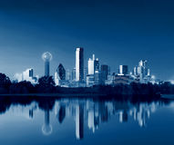 Dallas Skyline Reflection in Dawn, Dallas Van de binnenstad, Texas, de V.S. stock foto