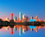 Dallas Skyline Reflection en el amanecer, Dallas céntrica, Tejas, los E.E.U.U. Fotos de archivo libres de regalías