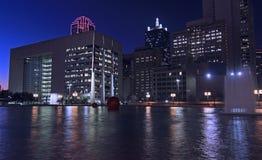 Dallas Skyline: Riflessioni leggere notturne in acqua immagini stock libere da diritti