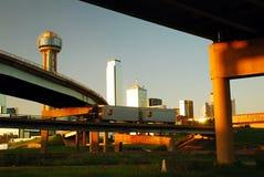 Dallas Skyline von unterhalb der Autobahn Lizenzfreies Stockfoto