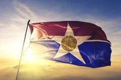 Dallas stad av enigt tyg för torkduk för tillståndsflaggatextil som vinkar på den bästa soluppgångmistdimman stock illustrationer