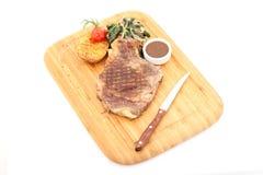 Dallas-Steak auf Bambusplatte lokalisiertem Hintergrund stockfotos