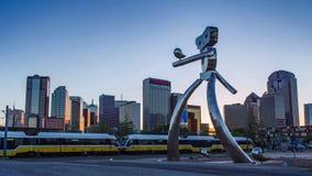 Dallas Sunset Time Lapse: El hombre que viaja, escultura de acero, estación profunda de Ellum en Dallas almacen de video