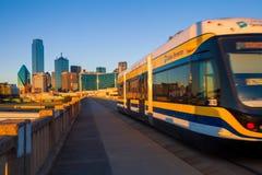 DALLAS, TEXAS - 10. Dezember 2017 - bewegliche Straßenbahn auf Houston Street Viaduct mit der Stadt von Dallas im Hintergrund Das Lizenzfreie Stockbilder