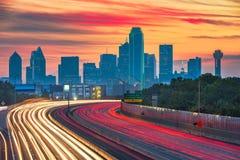 Dallas, Texas, horizon du centre des Etats-Unis et route image stock