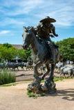 Dallas, Texas - Mei 7, 2018: Cowboy en longhorn koeien met vee op de achtergrond, als deel van een vee van het oriëntatiepuntbron stock afbeeldingen