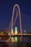Dallas Texas Skyline mit Margaret Hill Hunt Bridge Lizenzfreie Stockfotografie