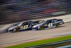 DALLAS, TX - 04 NOVEMBER: Jimmie Johnson die 48 Matte Kenseth overgaan Royalty-vrije Stock Foto's