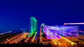 DALLAS, TX - 10 de dezembro de 2017 - skyline do centro de Dallas com luz arrasta das construções iluminadas néon imagem de stock royalty free