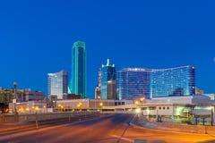 DALLAS TX - DECEMBER 10, 2017 - i stadens centrum Dallas horisont på natten med upplysta glass byggnader som ses från Houston Str royaltyfri foto