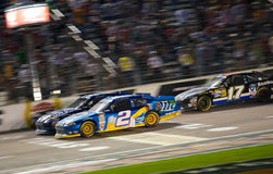 DALLAS TX - NOVEMBER 04: Brad Keselowski 2 och Jimmie Johnson a Royaltyfria Bilder