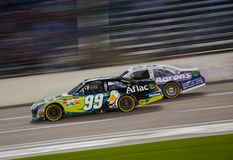 DALLAS TX - NOVEMBER 04: Carl Edwards 99 som passerar, markerar Martin 55 Arkivbilder
