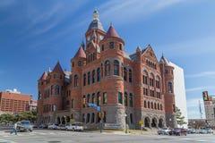 Dallas, TX/USA - circa Februari 2016: Oud Rood Museum, vroeger Dallas County Courthouse in Dallas, Texas stock foto's