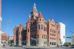 Dallas, TX/USA - circa Februari 2016: Oud Rood Museum, vroeger Dallas County Courthouse in Dallas, Texas stock afbeelding