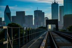 Dallas Urban Railroad du centre dépiste mener au centre de la ville image stock