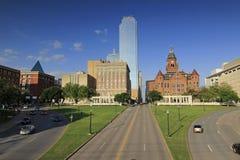 Dallas van de binnenstad met Dealey-Plein, Boekopslagruimte, en Oud Rood Gerechtsgebouwmuseum stock afbeelding