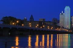 Dallas van de binnenstad: Stads lichte bezinningen in Drievuldigheidsrivier royalty-vrije stock foto's