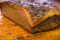 Dalle de poitrine de barbecue sur la planche à découper Photo stock