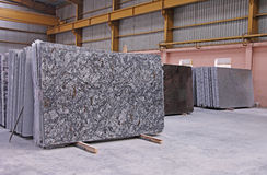 Dalles de plancher polies de granit empilées dans l'entrepôt Photographie stock libre de droits