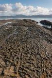Dalles de roche volcanique en Omaha Bay Images stock