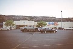 DALLESEN, OREGON: Tecken för en stor detaljist för K Kmart Kmart som ägas av Sears innehav, har stadigt stängt sig royaltyfria bilder