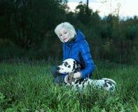 Dalmatian hund och flicka arkivbilder